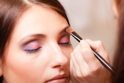 Une femme entrain de maquiller les sourcils d'une autre femme